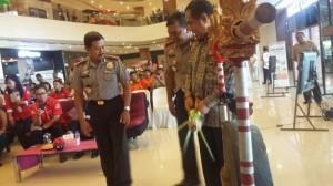 Wakil Gubernur NTT, Benny Litelnoni memukul gong menandai launching SIM online, di Lippo Plaza, Kupang, Minggu (6/12/2015)
